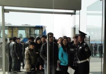 潍坊保安服务如何正确使用电梯对讲机?